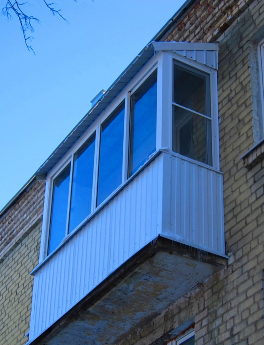 Стоимость остекления балкона длиной около 2.
