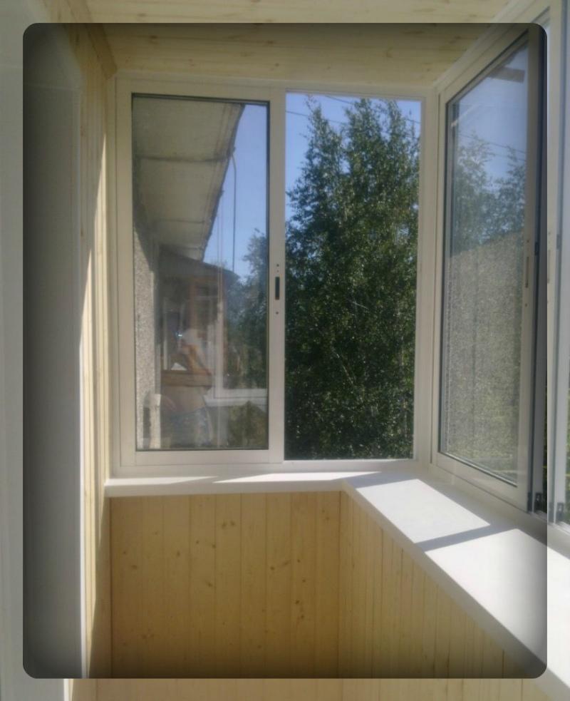 Балкон с пластиковыми раздвижными рамами.