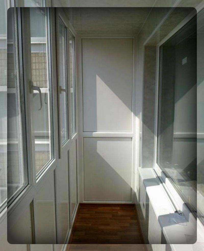 Форма балкона 6 метров застеклена.